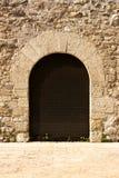 Arquee la puerta en el monasterio del romanesque de Sant Cugat Fotos de archivo libres de regalías
