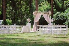 Arquee para la ceremonia de boda, adornado con el paño y las flores Foto de archivo