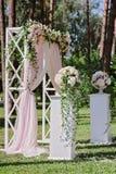 Arquee para la ceremonia de boda, adornado con el paño y las flores Fotos de archivo libres de regalías