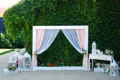 Arquee para la ceremonia de boda, adornado con las flores y los accesorios decorativos Banquete de boda del verano Foto de archivo libre de regalías