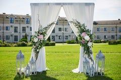 Arquee para la ceremonia de boda con la cortina blanca y las flores frescas - decoración de la boda Fotos de archivo