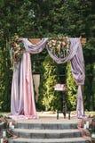 Arquee para la ceremonia de boda en el verano en la calle, adornado con las flores frescas Imágenes de archivo libres de regalías