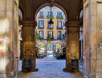 Arqueie a coluna na cidade velha do tique do ² de Barri GÃ de Barcelona imagem de stock