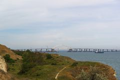 Arqueie o período da ponte crimeana sobre o fairway para a passagem dos navios Vista da cidade de Kerch Fotos de Stock