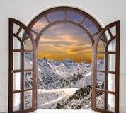 Arqueie a porta aberta com ideias dos picos de nevado Foto de Stock