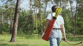 Arqueiro da menina que atravessa a floresta vídeos de arquivo