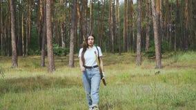 Arqueiro fêmea que anda na floresta vídeos de arquivo