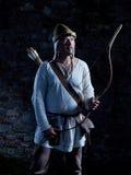 Arqueiro medieval com uma curva e as setas Fotografia de Stock Royalty Free