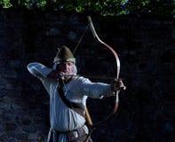 Arqueiro medieval com uma curva e as setas Fotos de Stock Royalty Free