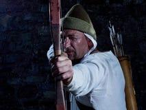 Arqueiro medieval com uma curva e as setas Imagens de Stock Royalty Free