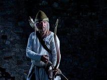 Arqueiro medieval com uma curva e as setas Fotos de Stock