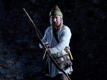 Arqueiro medieval com uma curva e as setas Imagem de Stock Royalty Free