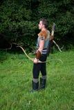 Arqueiro medieval novo com camisa, curva e a seta chain Fotografia de Stock Royalty Free