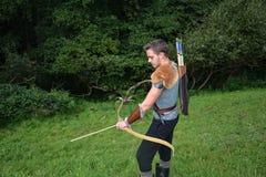 Arqueiro medieval novo com camisa, curva e a seta chain Fotos de Stock Royalty Free