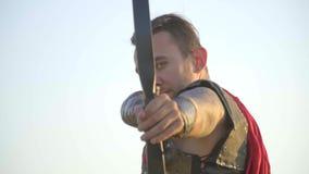 Arqueiro romano que visa a câmera, movimento lento filme