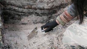 Arqueología - barra las paredes de la excavación almacen de video