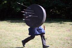 Arquero con una blanco móvil en una demostración medieval del guerrero Foto de archivo libre de regalías