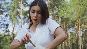 Arquero de la muchacha que tira de la secuencia en su arco almacen de metraje de vídeo