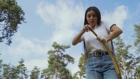 Arquero de sexo femenino que tira de la secuencia en su arco metrajes