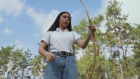 Arquero femenino que comprueba la secuencia almacen de video