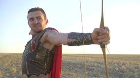 Arquero malvado en fuegos de la armadura de un arco, cámara lenta metrajes
