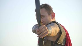 Arquero romano que tiene como objetivo la cámara, cámara lenta metrajes