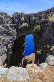 Arquez en roche et mer pendant le jour ensoleillé de la Grèce de montagnes Images stock
