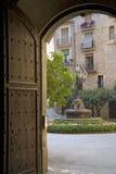 Arquez la porte avec la vue de la cour à Solsona, Catalogne, Espagne Photos stock