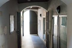 Arquez la vue de l'intérieur de la maison dedans à l'extérieur léger Image stock