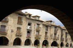 Arquez la vue du maire de plaza, Ainsa, à Huesca, en Espagne en montagnes de Pyrénées, une vieille ville murée avec des vues de s Photographie stock libre de droits