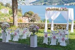 Arquez pour la cérémonie de mariage, décoré du tissu et des fleurs Photo libre de droits