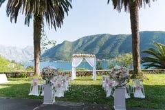 Arquez pour la cérémonie de mariage, décoré du tissu et des fleurs Photos stock