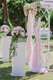 Arquez pour la cérémonie de mariage, décoré du tissu et des fleurs Images stock