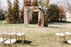 Arquez pour la cérémonie de mariage, décoré du tissu et des fleurs Zone de cérémonie Photos libres de droits