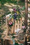 Arquez pour la cérémonie de mariage dans une forêt de pin Photographie stock libre de droits