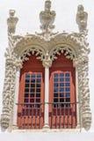 Arquez Windows dans le vieux bâtiment dans Sintra au Portugal Photo stock