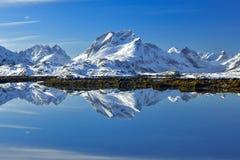 Arquipélago de Lofoten em Noruega no tempo de inverno, montanhas com reflexão do lago fotos de stock