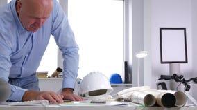 Arquitecto Analyze Construction Plans del ingeniero y hacer cálculos técnicos almacen de video