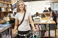 Arquitecto Arrives At Work en la bici que lo empuja a través de oficina Fotografía de archivo libre de regalías