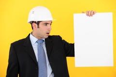 Arquitecto con el cartel en blanco Imagen de archivo
