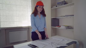 Arquitecto de la mujer con plan arquitectónico del modelo almacen de metraje de vídeo
