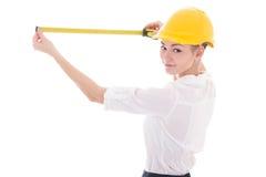 Arquitecto de la mujer de negocios en el casco amarillo del constructor que mide alguno fotos de archivo