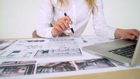 Arquitecto de la mujer en el trabajo en su oficina, trabajando en nuevo proyecto; dibujos de la mano, dibujos del ordenador metrajes