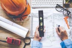 Arquitecto de la visión superior que trabaja en modelo Lugar de trabajo de los arquitectos Dirija las herramientas y el control d fotos de archivo libres de regalías