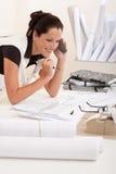 Arquitecto de sexo femenino con el teléfono Fotografía de archivo libre de regalías