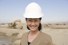 Arquitecto de sexo femenino confiado At Construction Site Foto de archivo libre de regalías