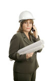 Arquitecto de sexo femenino confidente en el teléfono celular foto de archivo