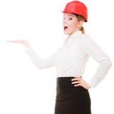 Arquitecto de sexo femenino de la mujer del ingeniero en el casco de seguridad rojo aislado Fotos de archivo