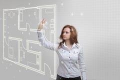 Arquitecto de sexo femenino que trabaja con un apartamento virtual Imagen de archivo libre de regalías