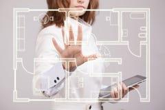 Arquitecto de sexo femenino que trabaja con un apartamento virtual Imagen de archivo